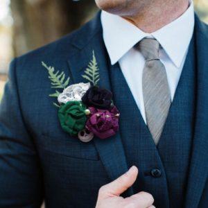 boutonniere de marie theme etrange noel de mr jack boutonniere homme en roses en feutrine violet vert et noir avec decoration de mains de squelette et tete de mort idealisa