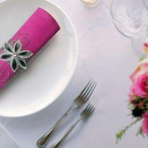 rond de serviette strass et fleur en satin gris decoration de table de mariage en fleur en tissu kansashi idealisa