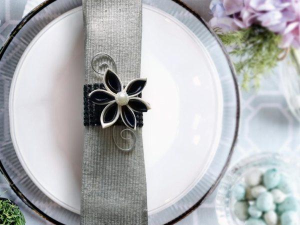 rond de serviette strass et fleur en satin noir decoration de table de mariage fleur en tissu kansashi idealisa