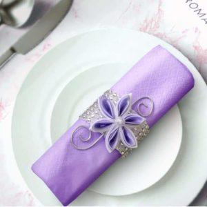 rond de serviette strass et fleur en satin parme decoration de table mariage fleur en tissu kansashi idealisa