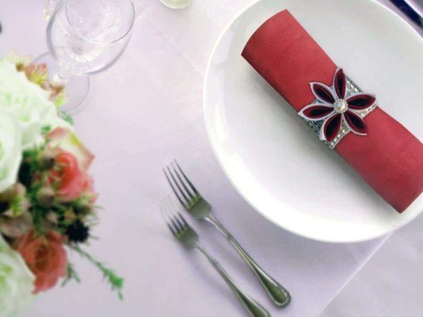 rond de serviette strass et fleur en satin rouge decoration de table de mariage en fleur en tissu kansashi idealisa