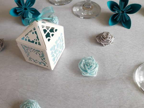 boite a dragees dentelee blanche et bleue contenant a dragees turquoise idealisa