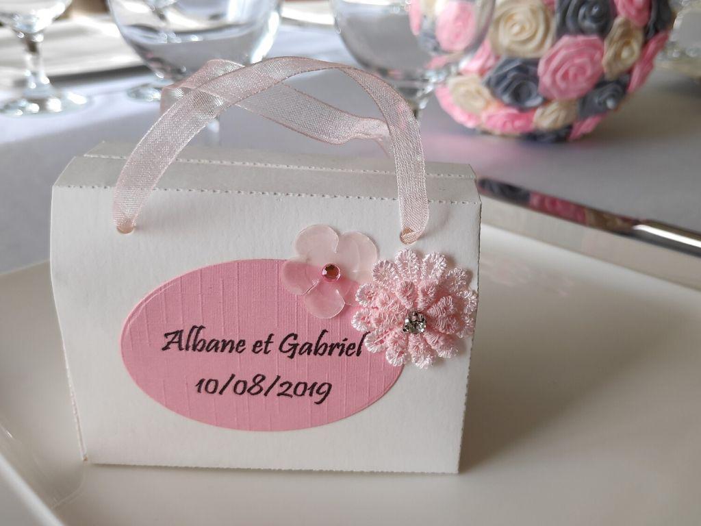 boite a dragees romantique valisette a dragees rose et blanc avec fleurs en tissu idealisa