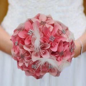 Bouquet de mariee origami en 2 roses bouquet de fleurs en papier en etoile avec decoration en strass et en plumes idealisa.
