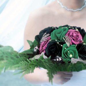bouquet de mariee sur le noel de mr jack avec des roses en feutrine faites a la main de couleur vert noir et rose et une decoration en tete de mort et mains de squelette par idealisa.