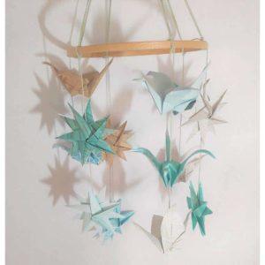 mobile grues et etoiles origami suspension pour bebe en origami bleu et beige idealisa