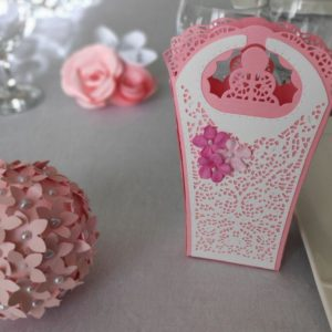 boite a dragees rose et papier dentelle contenant à dragees mariage ou bapteme idealisa