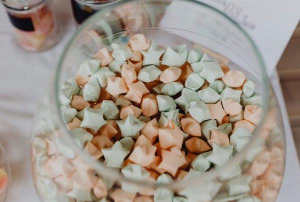 etoiles en origami - mini etoiles faites a la main pour decoration candybar par idealisa.