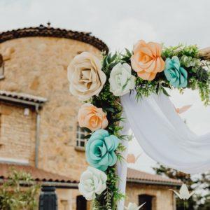 arche de ceremonie - fleurs geantes - roses corail et menthe avec feuillage synthétique par idealisa.