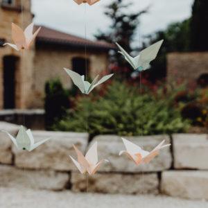 guirlande de grues en papier origami corail et menthe par idealisa.