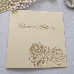 faire part mariage roses étincellantes sur papier crème et roses en dorées pailletées en relief