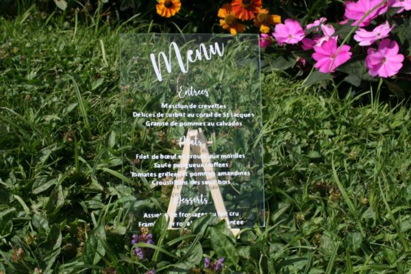 menu calligraphie sur verre avec support en bois par idealisa