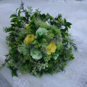Bouquet de fleurs en papier menthe et jaune avec feuillage artificiel par idealisa