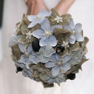 bouquet de mariee origami theme moto- decoration en toile de jute-cassue de moro et pneu moto par idealisa