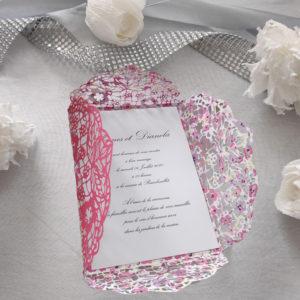 faire part mariage fleuri ciselé en forme de pochette à 4 volets