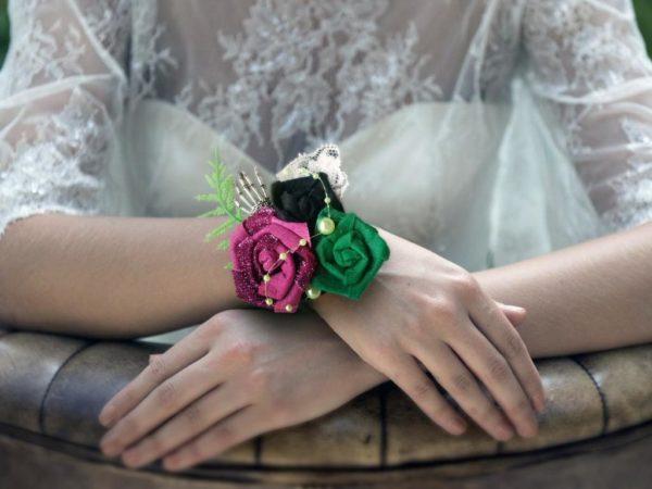 bracelet de mariage feutrine theme etrange noel de mr jack boutonniere de mariee roses en tissu vert violet et noir avec decoration en squelette et tete de mort idealisa