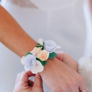 bracelet de mariage origami blanc et ivoire avec rose spirale et fleurs en etoile