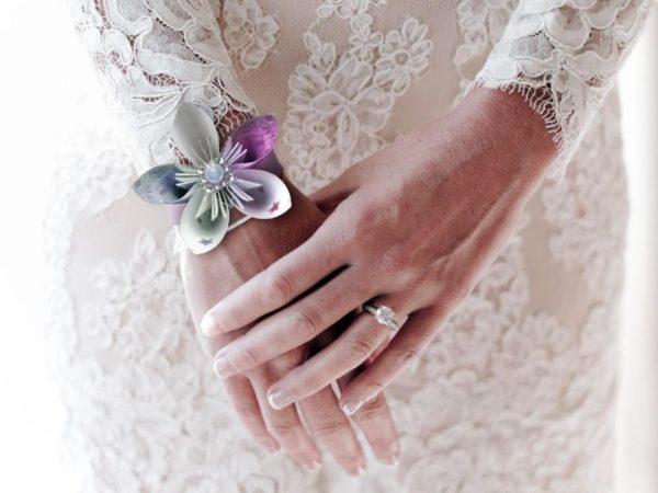 bracelet de mariage origami gris et parme boutonniere de mariee en fleur en etoile origami blanc et violet idealisa