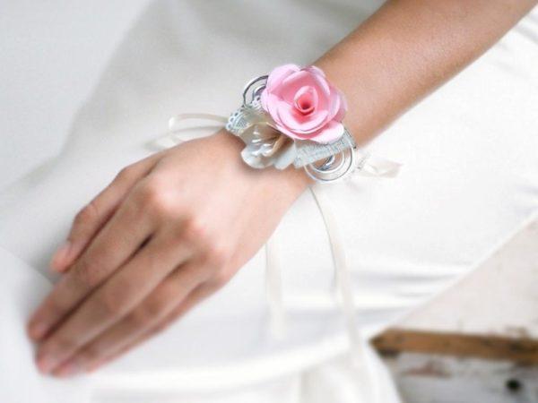 bracelet de mariage origami sur fil aluminium rose et creme boutonniere de mariee rose en papier origami avec decoration en dentelle ivoire et rose poudre idealisa