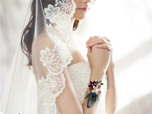 bracelet de mariage origami theme sri lanka boutonniere de mariee en fleur en etoile en papier orihami ivoire bordeau et papier de carte routiere avec decoration en plumes de paon idealisa