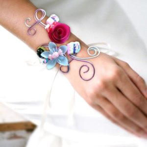 bracelet de mariage sur fil aluminium theme gourmandise boutonniere original sur fil alu de mariee avec petites fleurs en papier origami et decoration en bonbons polymere idealisa