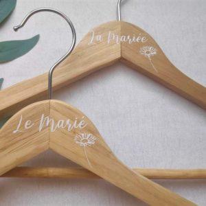 cintre de mariage personnalise en bois avec fleur et écriture blanche
