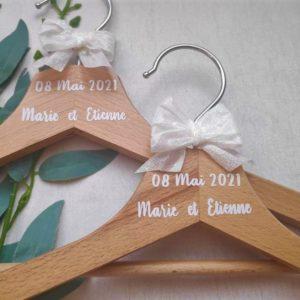 cintre de mariage personnalise en bois avec prenoms des maries et date de mariage en écriture blanche