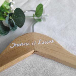 cintre de mariage personnalise avec prénoms calligraphies en blanc