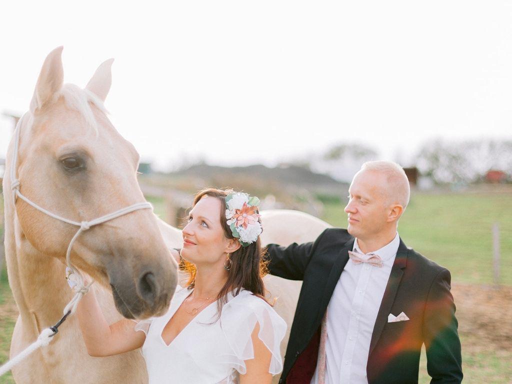 couple de maries avec un cheval - shooting d'inspiration mariage romantique