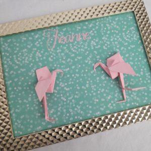 flamants roses en origami sur fond vert dans un cadre