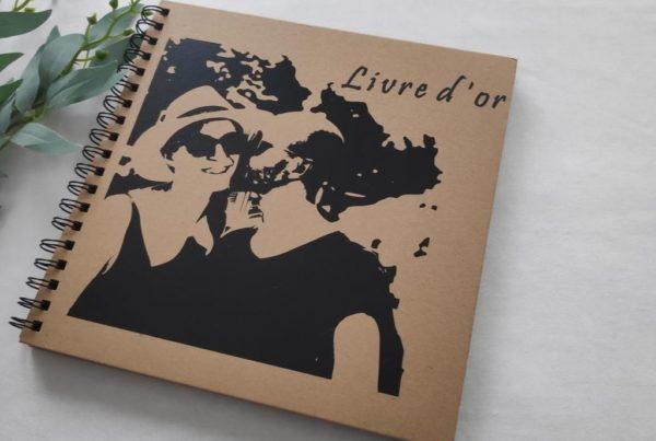 livre d or portrait de couple carre. avec image vectorisee en noir