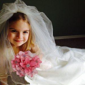 bouquet de mariee origami petite fille avec des fleur papier en forme d etoile rose et une decoration en strass et en plumes idealisa.