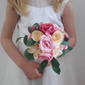 bouquet de leurs origami rose et creme avec decoration sur les princesse de disney