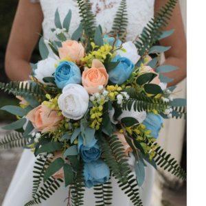 bouquet de tulipes bleues et corail en papier crepon avec feuillage artificiel