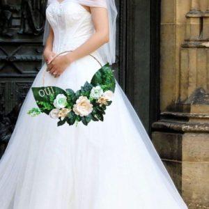 bouquet de mariee couronne origami avec roses roses en spirales et fleurs en etoile en papier aux couleurs vert et beige avec du feuillage artificiel et le mot oui en lettre en bois