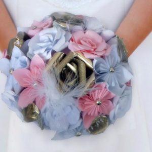 bouquet de mariee origami - création de fleurs en papier faites a la main rose blanc et doré.