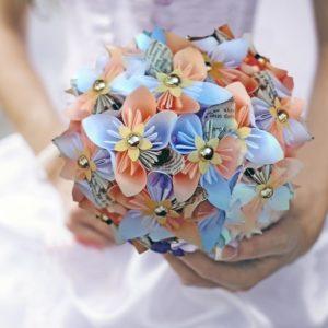 bouquet de mariee origami dore et corail - creation personnalisee en fleurs en papier en forme d etoile par idealisa.