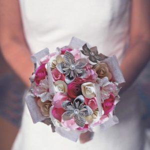 bouquet de mariee origami douceur création de fleurs eternelles en papier rose ivoire et rose fushia avec des fleurs en etoiles en page de livre et une decoration en perles nacrees par idealisa.