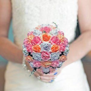 bouquet de mariee origami en roses eternelles rose et corail roses en papier origami blanc corail et rose idealisa