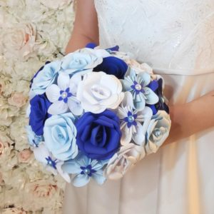 bouquet de mariee origami nuance de bleu - creation de bouquet de mariage bleu en fleurs en papier origami avec fleurs en etoile roses et roses en spirales de couleur bleu clair et bleu fonce et une decoration de perles nacrees idealisa.