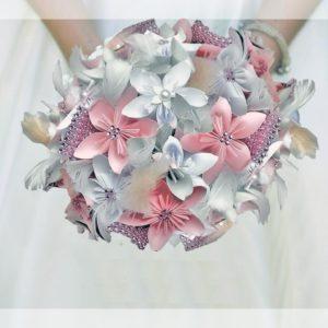 bouquet de mariee origami rose et blanc fait à la main avec des fleurs en papier en forme d etoile et une decoration en strass et en plumes par idealisa.