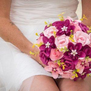 bouquet de mariée origami rose et framboise avec fleurs en étoile roses et petites fleurs jaunes