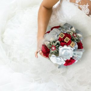 bouquet de mariee origami rouge et blanc romantique fleurs creation en papier origami rouge et blanc et une decoration en dentelle avec le mot oui en lettre scrabble par idealisa.
