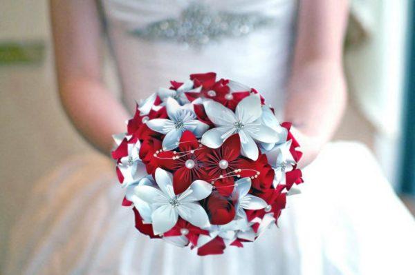 bouquet de mariee origami theme amour personnalise avec des fleurs en etoile en papier rouge et blanche et une decoration de perles par idealisa.