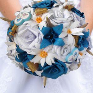 bouquet de mariee origami theme ecole - bouquet en fleurs en papier personnalisé avec des de lys des marguerites et des roses blanches et bleues et une decoration avec des crayons et des gommes par idealisa.