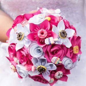 bouquet de mariee origami theme gourmandise - creation en fleurs origami en etoile roses spirale et roses blanc et fushia avec une decoration en bonbons par idealisa.
