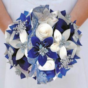 bouquet de mariee origami theme hiver - création de fleurs en papier faites a la main en étoile et des roses spirale et une decoration en flocons en strass et tulle par idealisa.