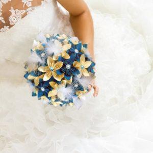 bouquet de mariee origami vanille turquoise - création origami original avec des fleurs en etoiles faites a la main ivoire et turquoise avec une décoration en plumes par Idealisa.