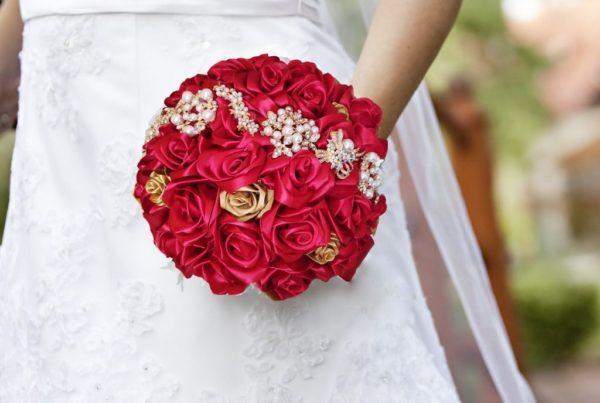 bouquet de mariee - roses en satin rouge et dorée avec broche dorées