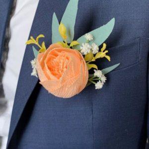 boutonnière de mariage homme avec tulipe corail en papier crepon